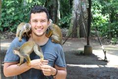 Πίθηκοι Titi και ένας εκπαιδευτής στοκ φωτογραφία