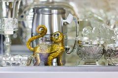 Πίθηκος και ασημένιο εργαλείο με τα σχέδια Στοκ εικόνες με δικαίωμα ελεύθερης χρήσης