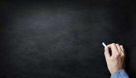 Πίνακας ή πίνακας κιμωλίας με το χέρι που γράφει στην κιμωλία Στοκ εικόνες με δικαίωμα ελεύθερης χρήσης