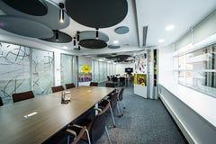 πίνακας αιθουσών συνεδριάσεων των διασκέψεων εδρών Έννοια αιθουσών συνεδριάσεων των γραφείων επικοινωνίας επιχειρηματιών Στοκ εικόνες με δικαίωμα ελεύθερης χρήσης