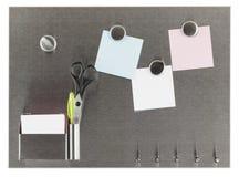 Πίνακας ανακοινώσεων μαγνητών τις κενές σημειώσεις που απομονώνονται με Στοκ φωτογραφίες με δικαίωμα ελεύθερης χρήσης