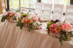 Πίνακας γαμήλιων γευμάτων με τις καρέκλες Στοκ Εικόνες