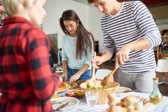 Πίνακας γευμάτων καθιέρωσης φίλων Στοκ Εικόνες