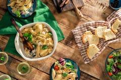Πίνακας γευμάτων με τα ιταλικά ζυμαρικά, τη σαλάτα και το κρασί, τοπ άποψη Στοκ φωτογραφίες με δικαίωμα ελεύθερης χρήσης