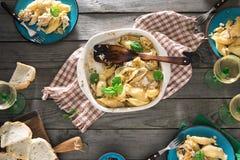 Πίνακας γευμάτων με τα ιταλικά ζυμαρικά, τη σαλάτα και το κρασί Στοκ Εικόνα