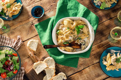 Πίνακας γευμάτων με τα ιταλικά ζυμαρικά, τη σαλάτα και το κρασί Στοκ εικόνες με δικαίωμα ελεύθερης χρήσης