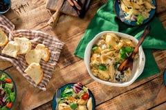 Πίνακας γευμάτων με τα ιταλικές ζυμαρικά και τη σαλάτα, τοπ άποψη Στοκ Φωτογραφία