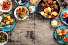 Πίνακας γευμάτων με τα τρόφιμα ποικιλίας, τοπ άποψη Στοκ εικόνα με δικαίωμα ελεύθερης χρήσης