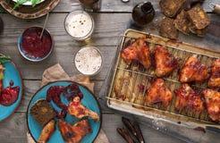 Πίνακας γευμάτων με τα φτερά και την μπύρα κοτόπουλου Στοκ Εικόνες