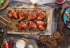 Πίνακας γευμάτων με τα φτερά κοτόπουλου και την μπύρα, τοπ άποψη Στοκ φωτογραφία με δικαίωμα ελεύθερης χρήσης