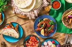 Πίνακας γευμάτων με το ψημένο στη σχάρα λουκάνικο, tortilla τα περικαλύμματα και το διαφορετικό δ Στοκ Εικόνα