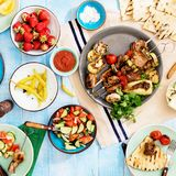 Πίνακας γευμάτων με το shish kebab, ψημένα στη σχάρα λαχανικά, σαλάτα, πρόχειρα φαγητά Στοκ εικόνες με δικαίωμα ελεύθερης χρήσης