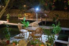 Πίνακας γευμάτων νύχτας στο εστιατόριο Τουρκία ποταμών Στοκ φωτογραφία με δικαίωμα ελεύθερης χρήσης