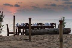 Πίνακας γευμάτων που τίθεται στην παραλία Στοκ φωτογραφίες με δικαίωμα ελεύθερης χρήσης