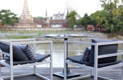 Πίνακας γευμάτων στην όχθη ποταμού Στοκ φωτογραφία με δικαίωμα ελεύθερης χρήσης