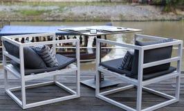 Πίνακας γευμάτων στην όχθη ποταμού Στοκ Φωτογραφίες