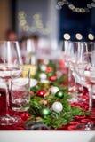 Πίνακας γευμάτων Χριστουγέννων με τις διακοσμήσεις και τα γυαλιά στοκ φωτογραφία με δικαίωμα ελεύθερης χρήσης