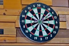 Πίνακας για τα βέλη παιχνιδιού σε έναν ξύλινο τοίχο κοντά επάνω στοκ φωτογραφίες