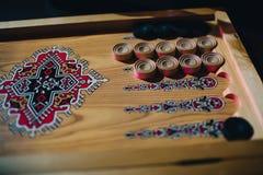 Πίνακας για το παιχνίδι στο τάβλι με τα σχέδια και τους ξύλινους ελεγκτές Στοκ φωτογραφίες με δικαίωμα ελεύθερης χρήσης