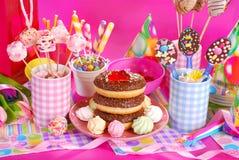 Πίνακας γιορτής γενεθλίων με τα λουλούδια και τα γλυκά για τα παιδιά Στοκ Φωτογραφία
