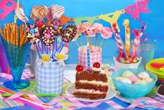 Πίνακας γιορτής γενεθλίων με το torte και γλυκά για τα παιδιά στοκ φωτογραφίες