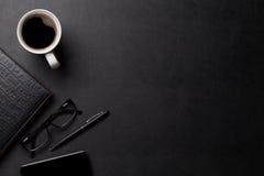 Πίνακας γραφείων δέρματος γραφείων με τον καφέ και τις προμήθειες Στοκ Φωτογραφίες