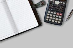 Πίνακας γραφείων γραφείων με τις προμήθειες, το σημειωματάριο, τον υπολογιστή και τη μάνδρα Τ Στοκ φωτογραφία με δικαίωμα ελεύθερης χρήσης