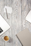 Πίνακας γραφείων γραφείων με το lap-top, το σημειωματάριο, τη μάνδρα και άλλες προμήθειες Στοκ Εικόνα