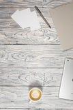 Πίνακας γραφείων γραφείων με το lap-top, το σημειωματάριο, τη μάνδρα και άλλες προμήθειες στοκ εικόνες με δικαίωμα ελεύθερης χρήσης