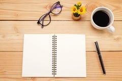 Πίνακας γραφείων γραφείων με το smartphone, μάνδρα στο σημειωματάριο, φλυτζάνι του coffe Στοκ Εικόνα