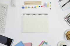 Πίνακας γραφείων γραφείων του επιχειρησιακού εργασιακού χώρου και των επιχειρησιακών αντικειμένων Στοκ Εικόνες