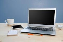 Πίνακας γραφείων με το γραφείο σημειωματάριων, υπολογιστών και εξοπλισμού Άποψη φ Στοκ Φωτογραφίες