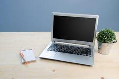 Πίνακας γραφείων με το γραφείο σημειωματάριων, υπολογιστών και εξοπλισμού Άποψη φ Στοκ Φωτογραφία