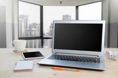 Πίνακας γραφείων με το γραφείο σημειωματάριων, υπολογιστών και εξοπλισμού Άποψη φ Στοκ φωτογραφία με δικαίωμα ελεύθερης χρήσης