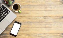 Πίνακας γραφείων γραφείων με το φορητό προσωπικό υπολογιστή, έξυπνο τηλέφωνο, φλυτζάνι του coffe Στοκ εικόνα με δικαίωμα ελεύθερης χρήσης