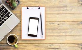 Πίνακας γραφείων γραφείων με το φορητό προσωπικό υπολογιστή, clipbroad, έξυπνο τηλέφωνο, $cu Στοκ φωτογραφία με δικαίωμα ελεύθερης χρήσης
