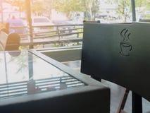 Πίνακας γυαλιών με τη μαύρη καρέκλα με το σημάδι φλυτζανιών καφέ Στοκ εικόνες με δικαίωμα ελεύθερης χρήσης