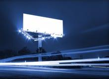 Πίνακας διαφημίσεων κυκλοφορίας νύχτας Στοκ φωτογραφία με δικαίωμα ελεύθερης χρήσης