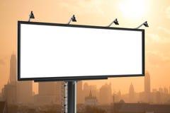 Πίνακας διαφημίσεων με το κενό διάστημα στο κενό με τα κτήρια στην πόλη κατά τη διάρκεια της ανατολής Στοκ φωτογραφία με δικαίωμα ελεύθερης χρήσης