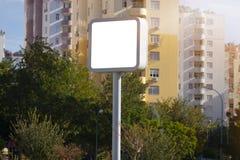 Πίνακας διαφημίσεων - τετραγωνικός κενός πίνακας διαφημίσεων με την κενή οθόνη και όμορφος νεφελώδης ουρανός για την υπαίθρια αφί στοκ φωτογραφία με δικαίωμα ελεύθερης χρήσης