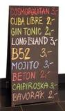 πίνακας διαφημίσεων των επιλογών μπαρ με τα μέρη των ποτών και της τιμής Στοκ Εικόνα