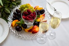 πίνακας δύο Δύο γυαλιά και ένα πιάτο των φρούτων Στοκ φωτογραφίες με δικαίωμα ελεύθερης χρήσης