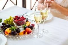 πίνακας δύο Δύο γυαλιά και ένα πιάτο των φρούτων Στοκ φωτογραφία με δικαίωμα ελεύθερης χρήσης