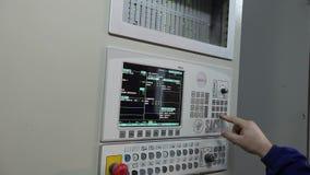 Πίνακας ελέγχου στο εργοστάσιο, κουμπιά ελέγχου οι σύγχρονες εγκαταστάσεις, άτομο αγοράζουν τα κουμπιά, κινηματογράφηση σε πρώτο  απόθεμα βίντεο