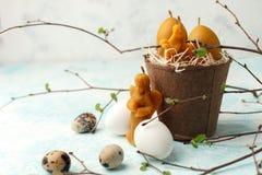 Πίνακας εορτασμού Πάσχας που θέτει, τυποποιημένη φωτογραφία - αυγά και διακοσμητικά φυσικά κεριά κεριών - άγγελος, κουνέλι, αυγό  στοκ φωτογραφία με δικαίωμα ελεύθερης χρήσης