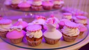 Πίνακας επιδορπίων για το κόμμα, όμορφα cupcakes, υποδοχή φιλμ μικρού μήκους