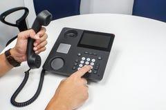Πίνακας επιχειρηματιών στο τηλέφωνο IP που απαιτεί στους πελάτες Στοκ φωτογραφία με δικαίωμα ελεύθερης χρήσης