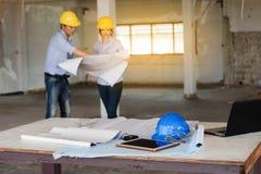 Πίνακας εργασίας του μηχανικού κατασκευής στο εργοτάξιο οικοδομής με το TW Στοκ Φωτογραφία
