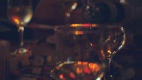 Πίνακας εστιατορίων ή φραγμών με το πιάτο των ορεκτικών και του κρασιού Έκχυση κρασιού στο γυαλί 4K 3840x2160 απόθεμα βίντεο