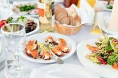 Πίνακας εστιατορίων με τα τρόφιμα Νόστιμα ορεκτικά, σαλάτες Διαφορετικά γεύματα για τους φιλοξενουμένους στο γαμήλιο πίνακα Στοκ φωτογραφία με δικαίωμα ελεύθερης χρήσης